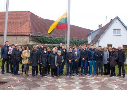 Iškilmingas vėliavos pakėlimas Vasario 16-osios proga
