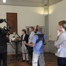 MdL Nicola Beer diskutiert mit Schülerinnen und Schülern