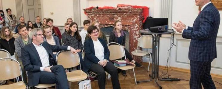 Ambasadorius diskutuoja su vyresnių klasių mokiniais