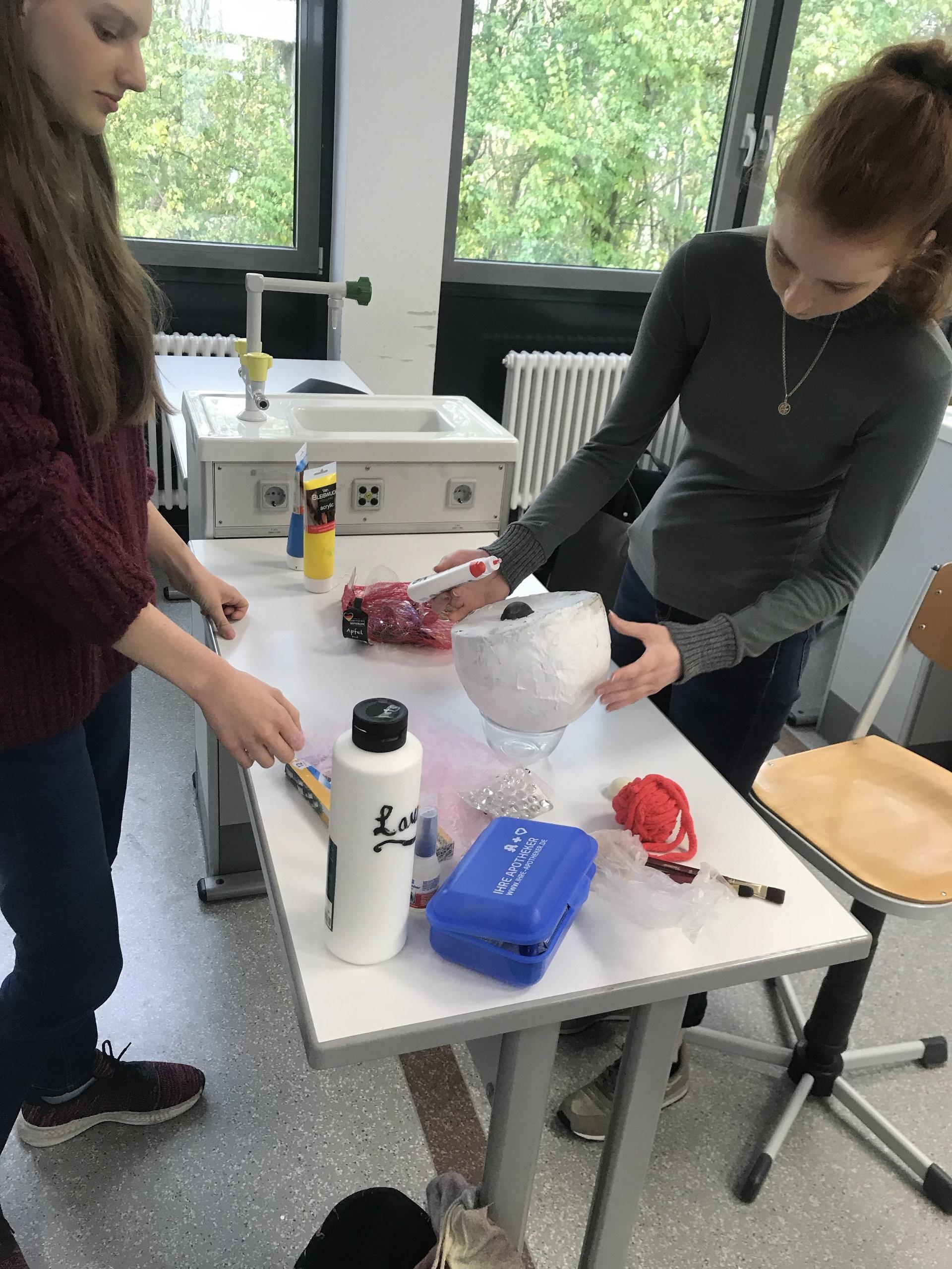 Unser Bioraum wird zur Zelle – Unterricht in der 11. Klasse einmal ganz anders und ganz kreativ (Foto: A. K. Wild)