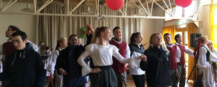 Wir feiern zusammen mit dem Folklore-Ensemble der Vilniusser Universität