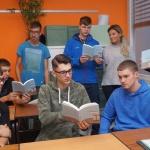 Schüler*innen der Klassen 11a und 11b im evang. Religionsunterricht mit Pfarrer Reinald Fuhr (Foto: M. D. Schmidt)