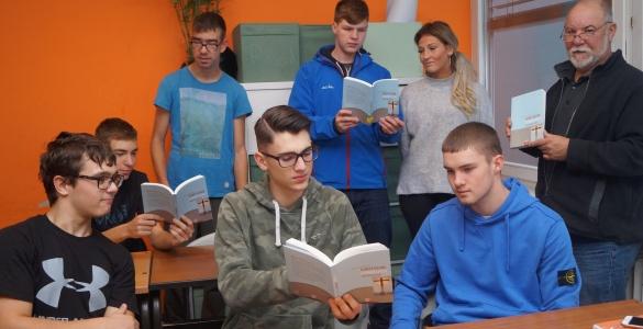 Schüler*innen der Klassen 11a und 11b im evang. Religionsunterricht mit Pfarrer Reinald Fuhr