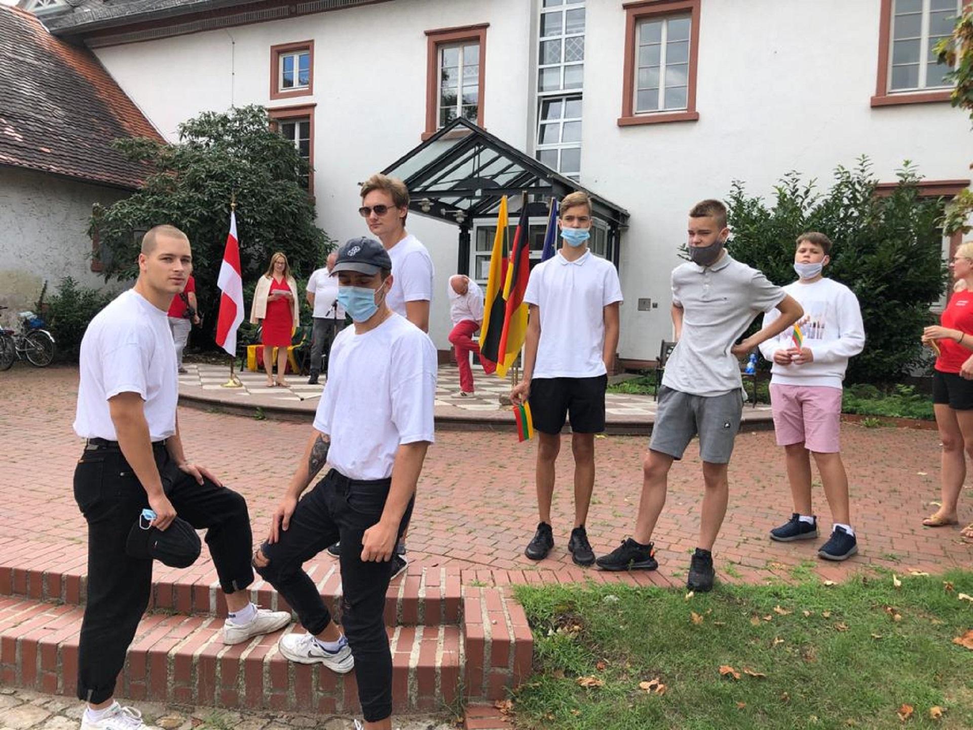 """Vasario 16-osios gimnazijos bendrabutyje gyvenantys mokiniai dalyvauja akcijoje """"Kartu su Baltarusijos tauta jos kelyje į laisvę"""" (Foto: E. Jankūnas)"""