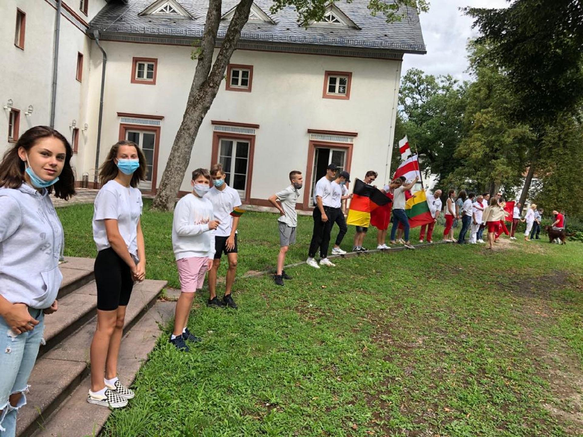 """Vasario 16-osios gimnazijos bendrabutyje gyvenantys mokiniai dalyvauja akcijoje """"Kartu su Baltarusijos tauta jos kelyje į laisvę"""""""