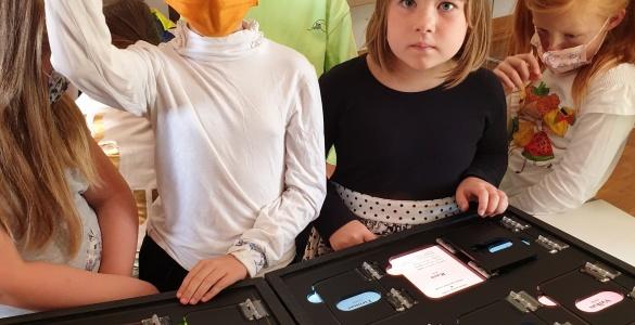 Šeštadieninės mokyklos mokiniai lankosi edukacinėje parodoje
